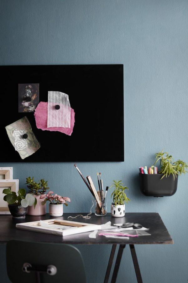 CHAT BOARD Classic magnetische Glastafel in der Farbe Black in einem blauen Interieur