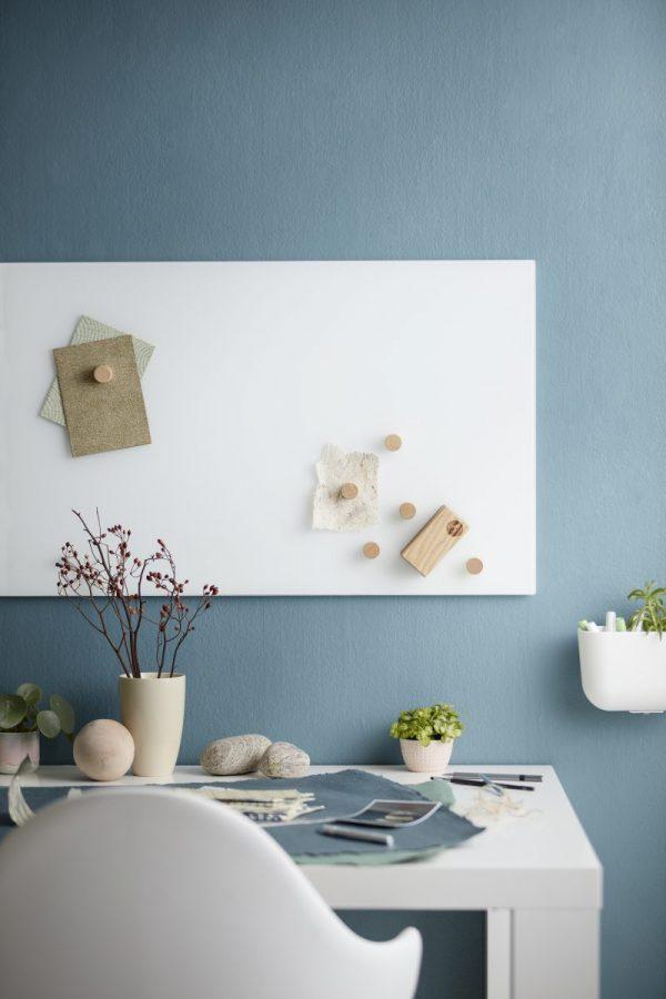 CHAT BOARD Classic magnetische Glastafel in der Farbe Pure White in einem blau-weißen Interieur