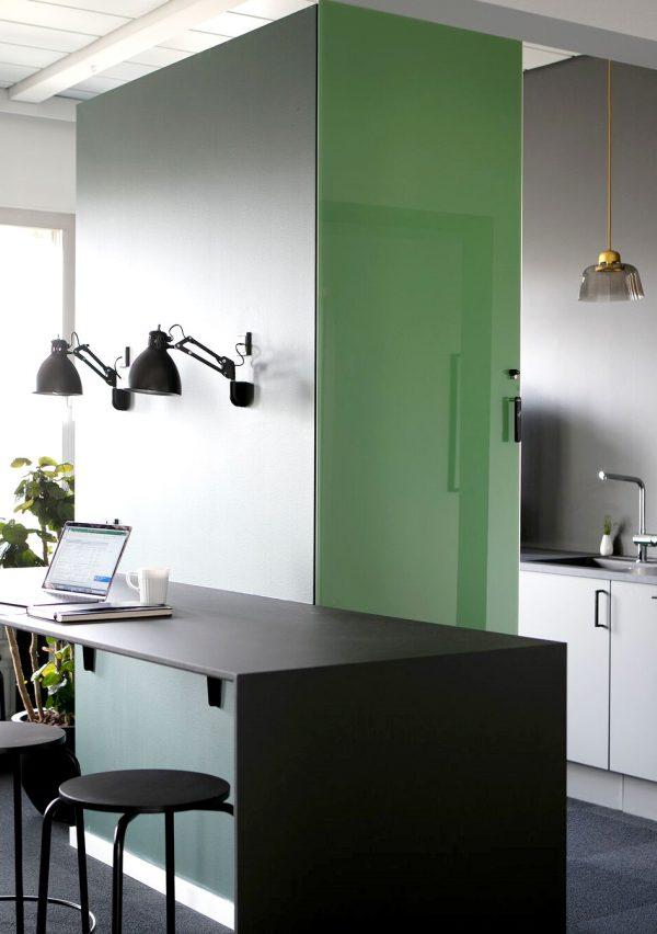CHAT BOARD Classic taille sur mesure dans la couleur Leaf Green à Energy Hub conçu par Studio Heima