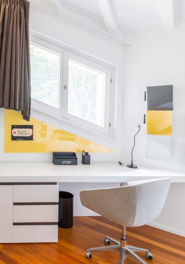 CHAT BOARD panneau en verre magnétique triangulaire sur mesure dans la couleur Sunflower et Magazine Racks, dans une résidence privée à Prangins, conçu par Provalia Capital, Delphine Haddad, photo: Agence FULL FRAME