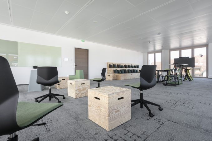 CHAT BOARD Matt in Dove and Lily with Classic in Khaki at Sparkasse Bühl by Feco Feederle
